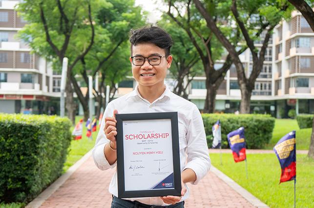 Ước mơ được đặt chân vào giảng đường đại học quốc tế của cậu bé bán bánh mì đã thành hiện thực