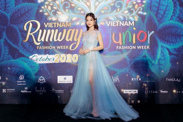 Xuất hiện tại Vietnam Runway Fashion Week 2020: Sunny Đan Ngọc diễn đầy thần thái