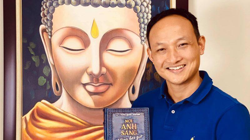"""Đấu giá bản đặc biệt """"Nơi ánh sáng không bao giờ tắt"""" của bác sĩ Trần Quốc Khánh ủng hộ Quỹ Vaccine phòng chống Covid 19"""