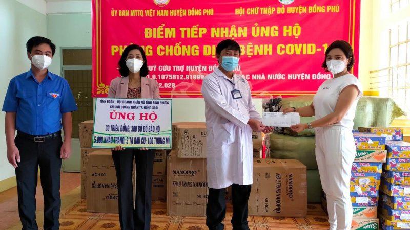 """Các nữ doanh nhân Bình Phước hỗ trợ cùng lớp trẻ """"tiếp sức"""" tuyến đầu ngăn COVID-19"""